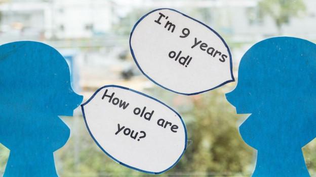 Kinderköpfe mit englischen Sprechblasen