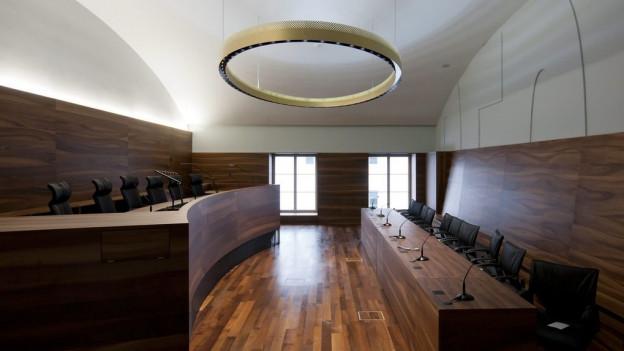 Blick in einen leeren Gerichtssaal.