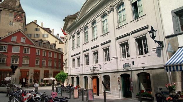 Ein antikes Gebäude in der Zürcher Innenstadt