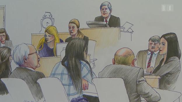 Die beiden angeklagten Frauen sitzen auf einem Stuhl, hinter ihnen der Richter.