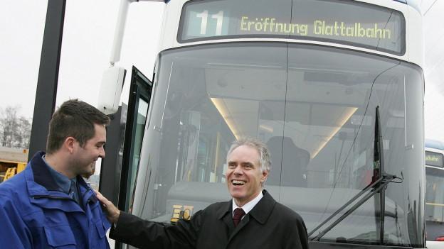 Moritz Leuenberger vor einem Glattalbahn-Tram