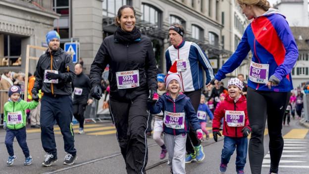 Eine Mutter mit Kindern im Sportdress am Silvesterlauf in Zürich.