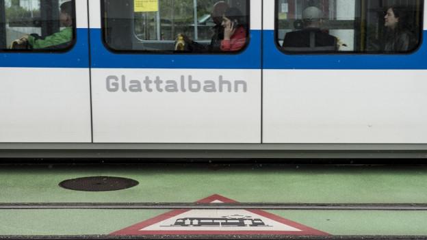 Ein Tram mit der Aufschrift Glattalbahn.
