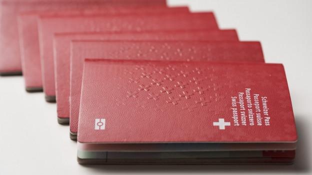 Der Schweizer Pass liegt auf einem weissen Untergrund.