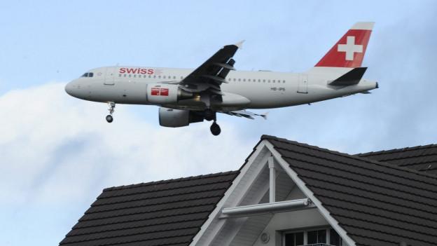 Weil immer mehr Häuser entstehen rund um den Flughafen, fühlen sich immer mehr Menschen vom Fluglärm gestört.