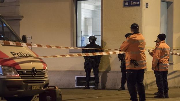 Polizisten, Polizeiauto, Absperrbänder
