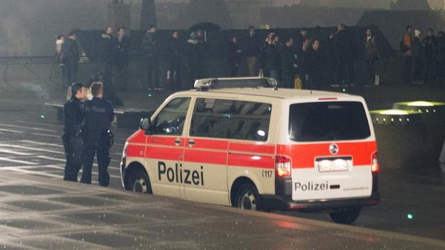 Die Stadtpolizei Zürich mit Einsatzwagen auf der Quaibrücke.