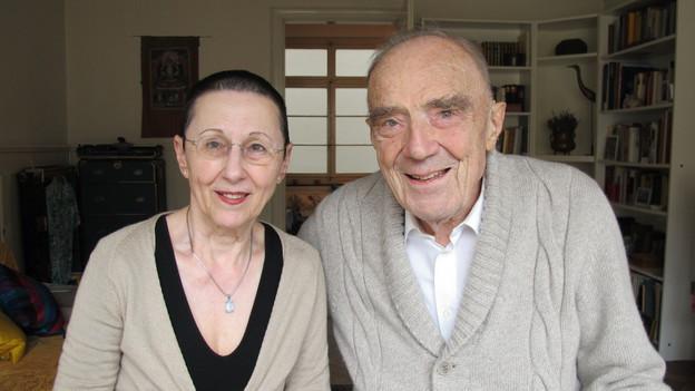 Alte Frau und alter Mann lächeln in Kamera