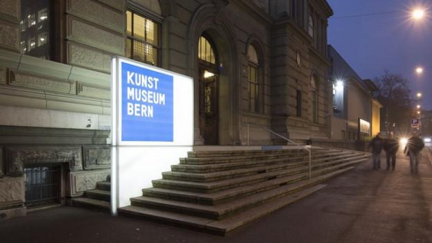 Eingangstreppe des Kunstmuseums Bern bei Nacht