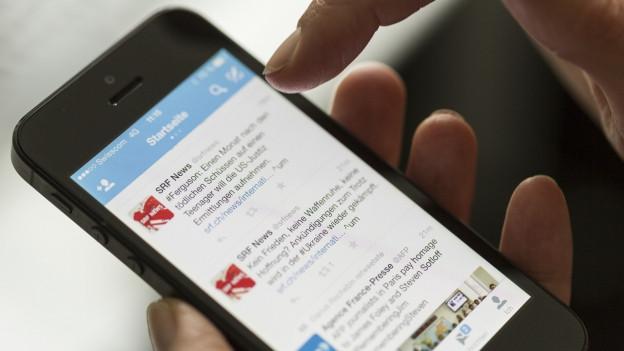 Ein Smartphone zeigt verschiedene News-Portale an