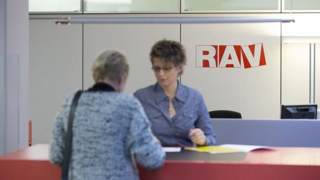 Eine Frau meldet sich auf dem Arbeitslosen-Büro.