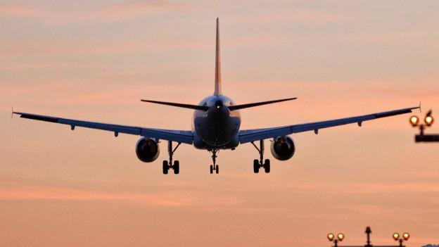 Ein Flugzeug startet spätabends am Flughafen Zürich.