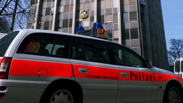 Ein Polizeiauto parkt vor dem Sulzer-Hochhaus in Winterthur.