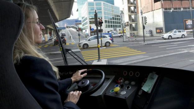 Tramchauffeuse am Steuer.
