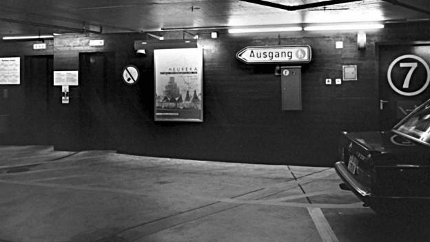 Schwarz-weiss-Aufnahme aus dem Innern des Zürcher Parkhauses Urania