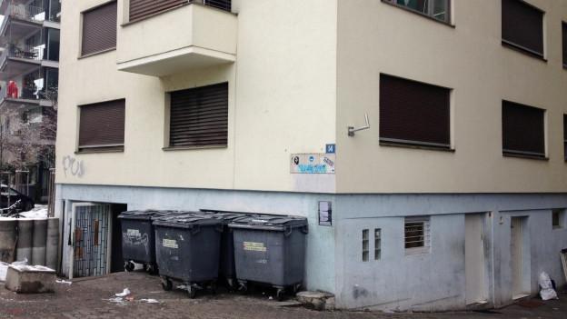Aussenaufnahme einer der berüchtigten Gammelhäuser in der Stadt Zürich.