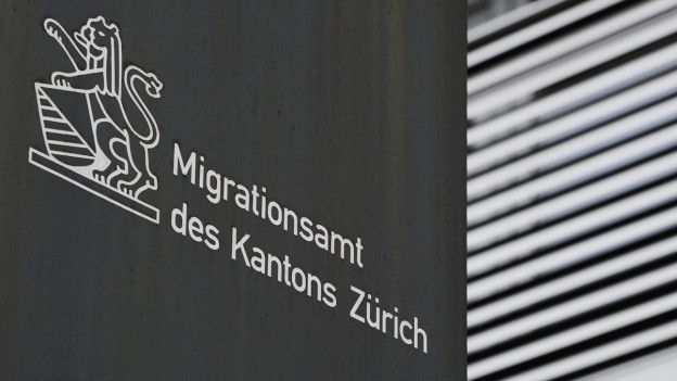 Logo des Migrationsamtes am Bürogebäude