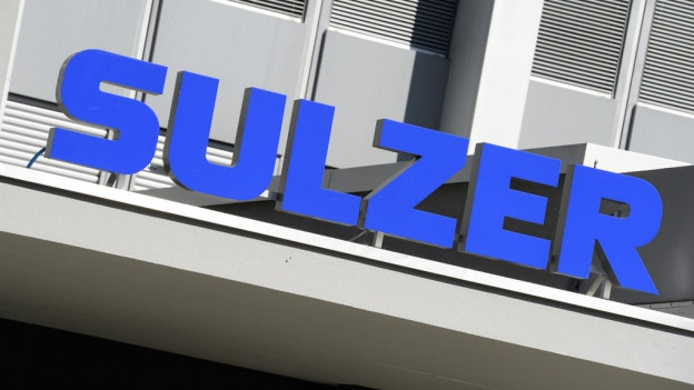Das Logo des Industriekonzerns Sulzer strahlt am Gebäude.
