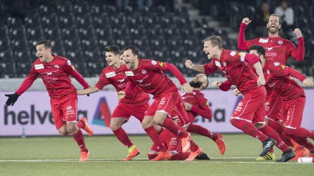 Fussballspieler des FC Winterthur jubeln.