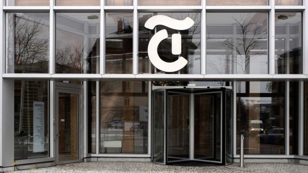 Der Haupteingang beim Medienhaus Tamedia ist komplett aus Glas.
