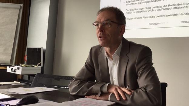 Finanzvorstand Daniel Leupi präsentiert die Rechnung 2016.
