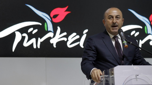 Der türkischen Aussenminister hält eine Rede.