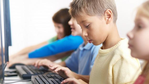 Schüler arbeiten an Computern