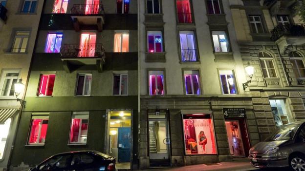 farbig erleuchtete Fenster