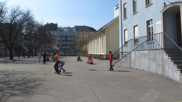 Kinder spielen auf dem Pausenplatz der Tagesschule Aegerten in Zürich-Wiedikon.