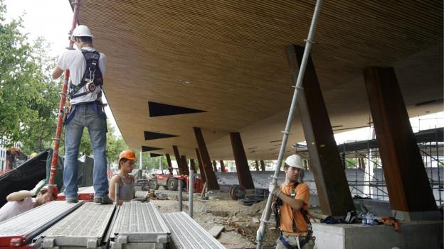Bauarbeiter im Stadion Letzigrund