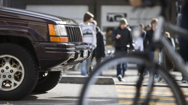 Ein Auto fährt vor eine Gruppe von KIndern durch.