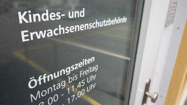 Die Türe zum Büro der Kindes- und Erwachsenenschutzbehörde.