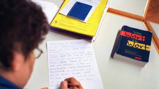 Ein Mann lernt die deutsche Sprache von Grund auf.