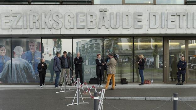 Medienschaffende warten auf Einlass vor dem Bezirksgericht Dietikon.