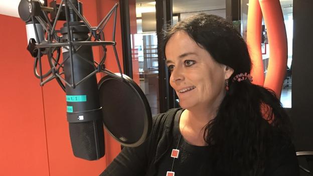 Karin Iten im Studio des Regionaljournals vor dem Mikrofon