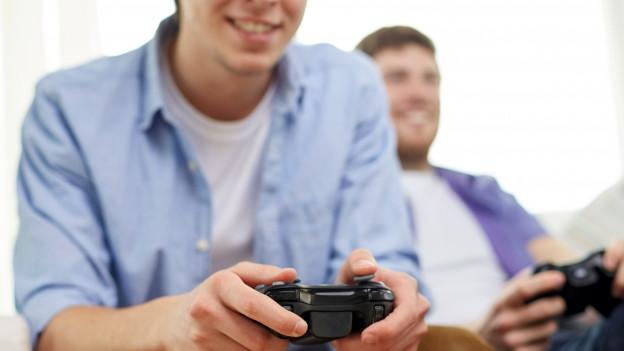 Jugendliche beim Gamen im Internet