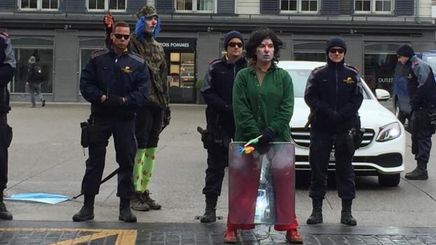 Polizisten beobachten die Erst-Mai-Kundgebung.
