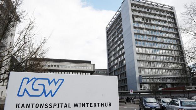 Ein Hochhaus, davor der Eingang, angeschrieben mit «Kantonsspital Winterthur»