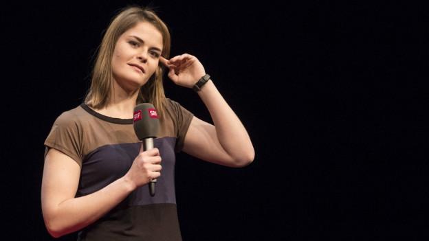 Hazel Brugger auf der Bühne des Stadttheaters Schaffhausen.