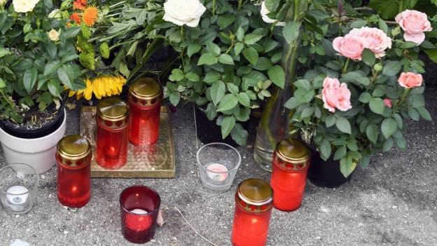 Blumen- und Kerzenschmuck am Tatort im Seefeld.