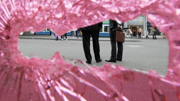 Ein zerschlagenes rosa Fenster.