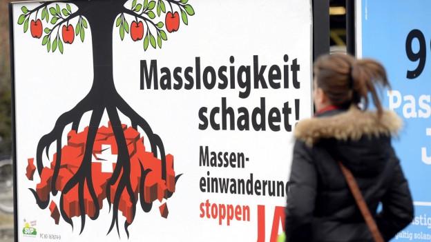 Ein Plakat mit einem Baum, dessen Wurzen die Schweiz zersetzt.