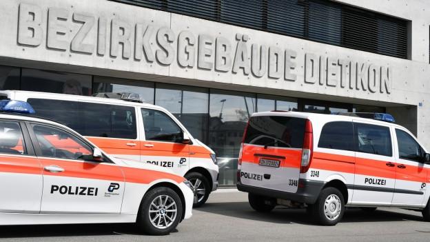 Polizeiautos stehen vor dem Bezirksgebäude Dietikon.