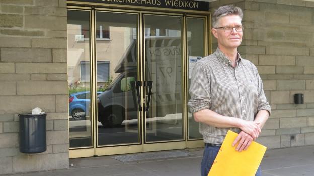 Markus Egli vor dem Kirchgemeindehaus Zürich-Wiedikon, dem «Schulhaus» seines Vereins.
