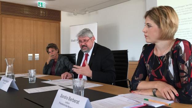 Drei Politiker an Medienkonferenz