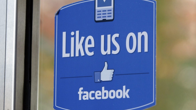 Tafel mit Aufschrift Like us on Facebook