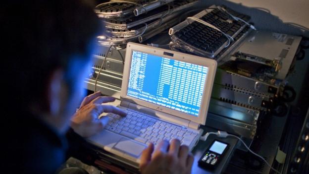 Mann an einem Laptop