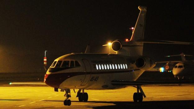 Ein Flugzeug in der Nacht.