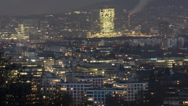 Nachtbild der Stadt Zürich mit vielen Lichtern.