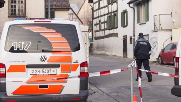 Die Polizei vor dem Tatort in Hemmental.